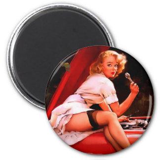 Rétro fille vintage de pin-up de mécanicien de voi magnet rond 8 cm