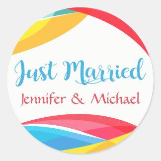 Rétro juste marié épousant le jaune rouge de vague sticker rond