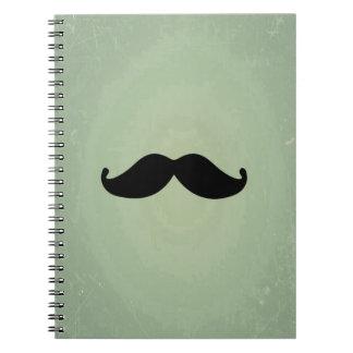 Rétro moustache noire vintage sur le vert en bon carnet