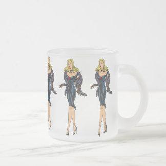 Rétro pin-up blond de fille magnifique vintage de mug en verre givré