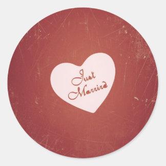 Rétro style vintage juste marié sur le rouge sticker rond