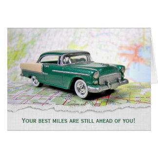 rétro voiture sur la carte pour la retraite de