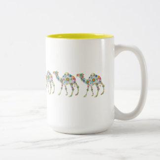 Rétros chameaux colorés mignons de fleur mug bicolore