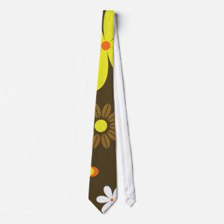 Rétros fleurs jaunes et oranges sur le brun cravates