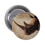 Rhinocéros noir africain avec de grands klaxons badge avec épingle