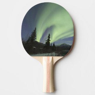 Rideaux des borealis verts de l'aurore dans le raquette tennis de table