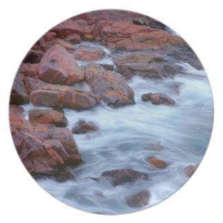 Rivage rocheux avec de l'eau, Canada Assiettes En Mélamine