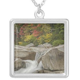 Rivière rapide cascadant par des roches, blanches pendentif carré