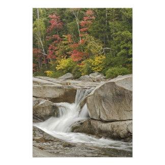 Rivière rapide cascadant par des roches, blanches photos