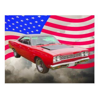 Roadrunner 1968 de Plymouth et drapeau américain Carte Postale
