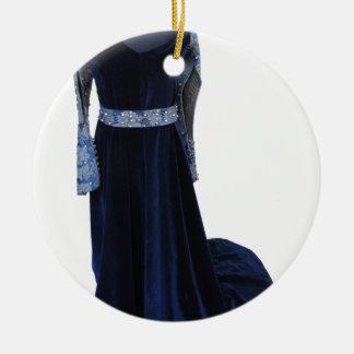 Robe bleue médiévale de femme sur le simulacre sur ornement rond en céramique