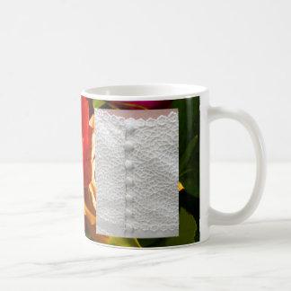 Robe de mariage blanche avec les roses jaunes roug mug blanc
