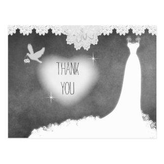 Robe de mariée sur le tableau avec la dentelle et carte postale