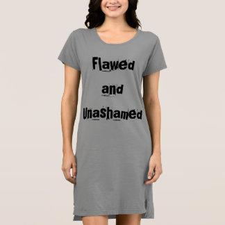 Robe défectueuse et éhontée de T-shirt