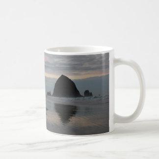 Roche de meule de foin à la plage de canon mug