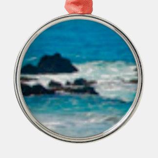 roches de coup de vagues sur la mer ornement rond argenté