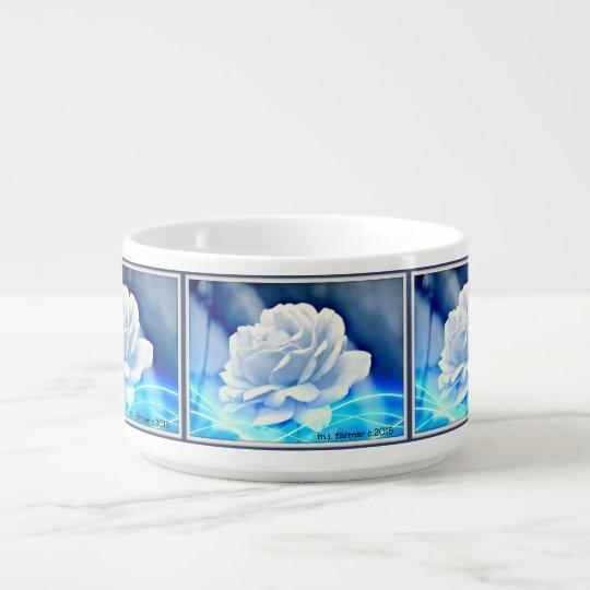Rose blanc dans le bol bleu de piment de tonalités bol à chili
