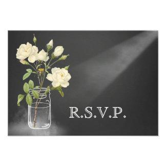 Rose blanc sur la carte l'épousant noire de RSVP Invitations