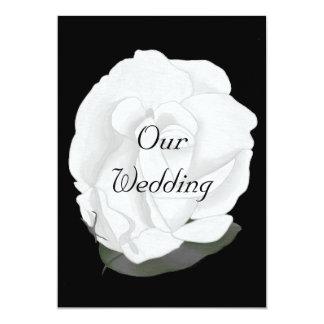 Rose blanc sur le noir, épousant des invitations