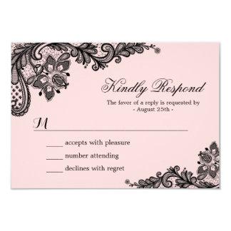 Rose chic avec la dentelle noire épousant la carte carton d'invitation 8,89 cm x 12,70 cm