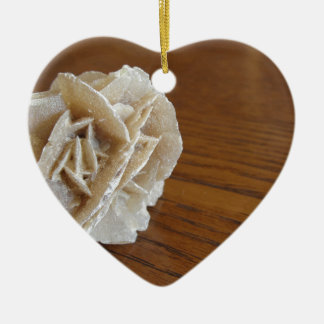 Rose de désert minéral sur la table en bois ornement cœur en céramique