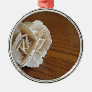 Rose de désert minéral sur la table en bois ornement rond argenté