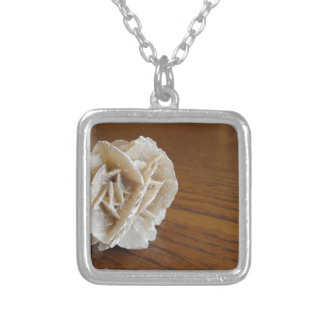 Rose de désert minéral sur la table en bois pendentif carré