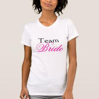 Rose de jeune mariée d'équipe épousant le blanc de t-shirt