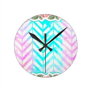 Rose floral et bleu de monogramme élégant horloge ronde