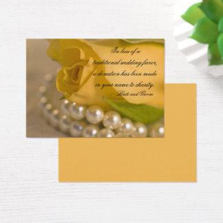 Rose jaune et perles épousant la carte de faveur