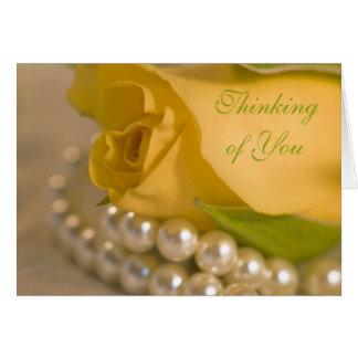 Rose jaune et perles pensant à vous cartes