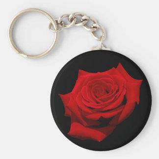 Rose rouge sur l'arrière - plan noir porte-clé rond