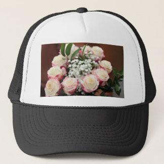 Roses blancs avec le plan rapproché rouge de casquette