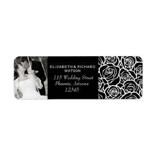 Roses blancs noirs vintages épousant l'étiquette d étiquette d'adresse retour