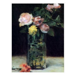 Roses dans un vase en verre par la carte postale