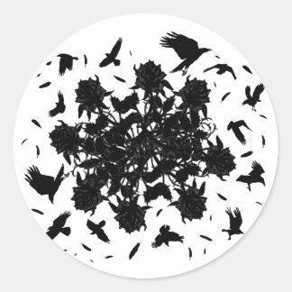 Roses et corbeaux noirs sticker rond
