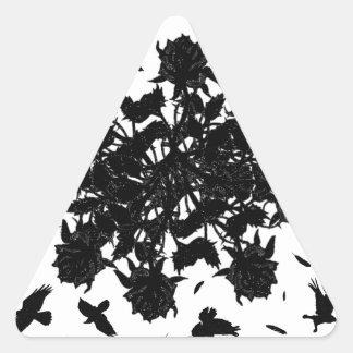 Roses et corbeaux noirs sticker triangulaire