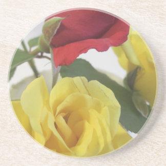 Roses jaunes d'amd rouge dessous de verre