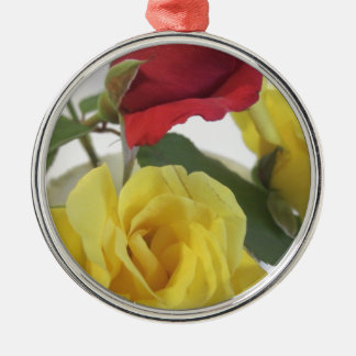 Roses jaunes et rouges ornement rond argenté