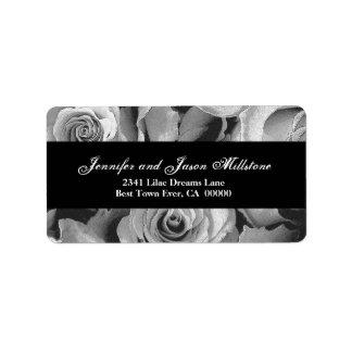 Roses noirs et blancs élégants épousant étiquette d'adresse