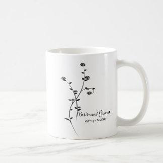 Roses noirs et blancs épousant la tasse de café