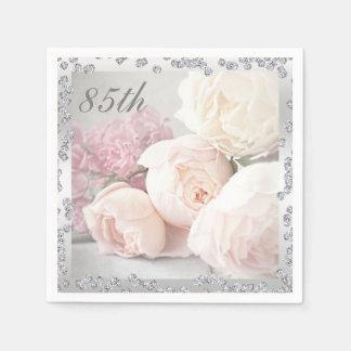 Roses romantiques et serviettes d'anniversaire de serviette en papier