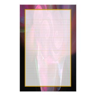 Roses roses dans une papeterie rayée par amende de