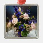 Roses roses et delphinium pourpre ornements