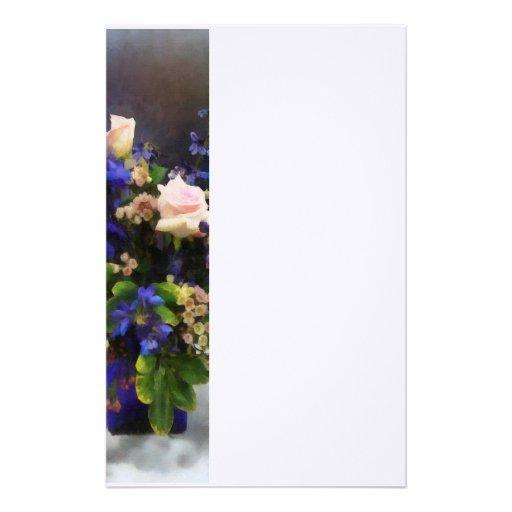 Roses roses et delphinium pourpre papiers à lettres