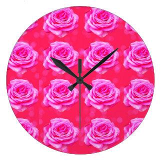 Roses roses sur Bokeh rose, grande horloge de mur