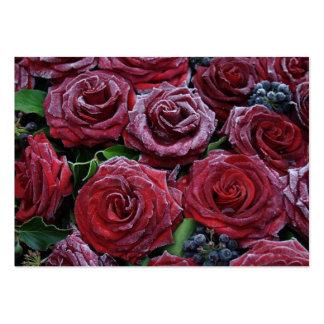 Roses rouge foncé congelés sur une tombe carte de visite grand format