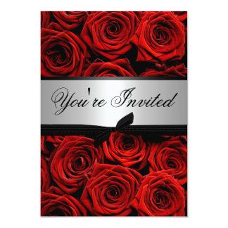 Roses rouges épousant les invitations faites sur