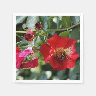 Roses rouges et abeille de miel serviette en papier