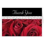 Roses rouges et carte de remerciements de coeurs